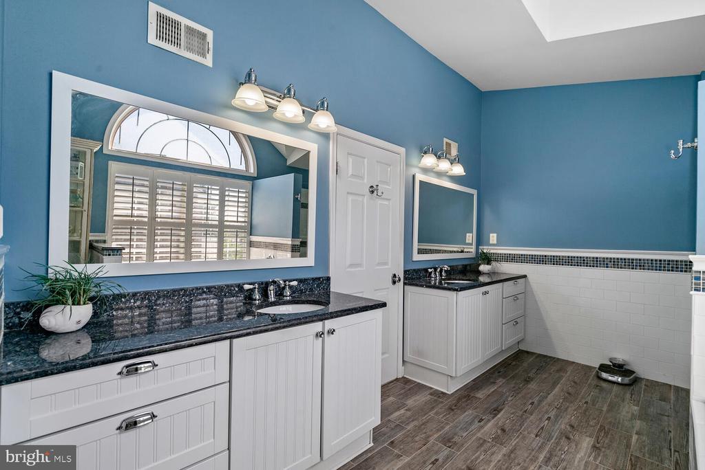Dual Vanities - 3054 S GLEBE RD, ARLINGTON