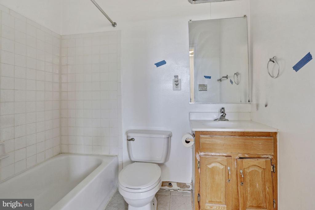Studio Bathroom - 5 BARNEY CIR SE, WASHINGTON