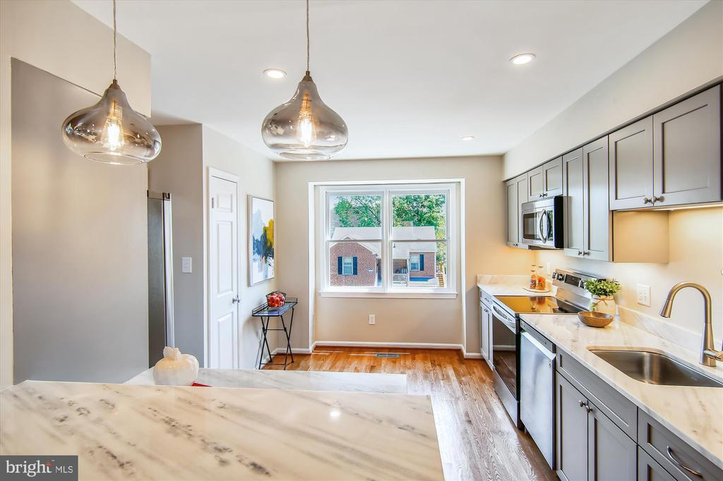Eat-In Kitchen with Granite-Topped Cabs & SS Appl - 1186 N VERMONT ST, ARLINGTON