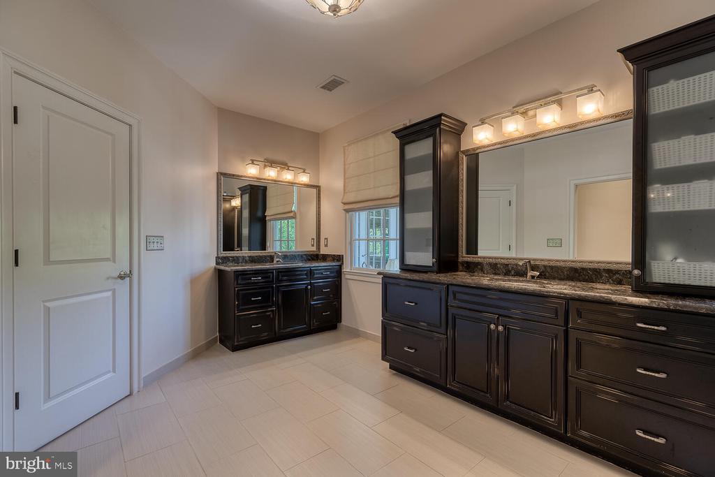 Primary bath with separate vanities. - 42091 NOLEN CT, LEESBURG