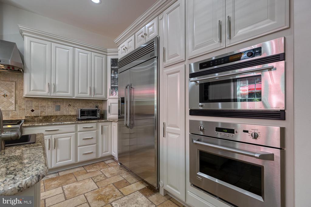 Recently updated kitchen, GE Monogram. - 42091 NOLEN CT, LEESBURG