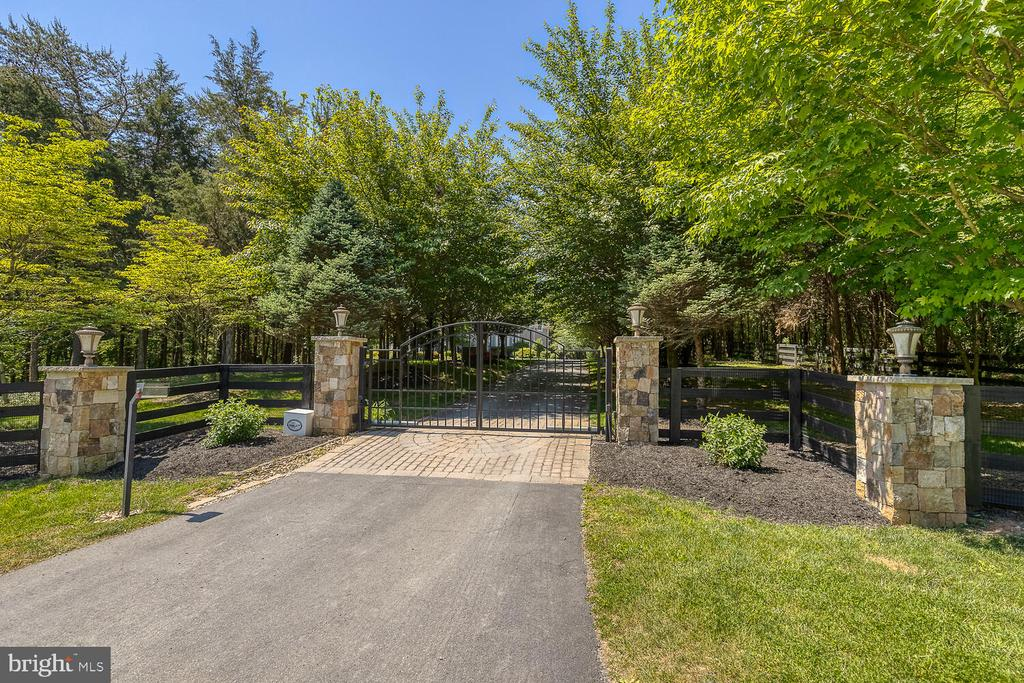 Gated entry with stone pillars. - 42091 NOLEN CT, LEESBURG