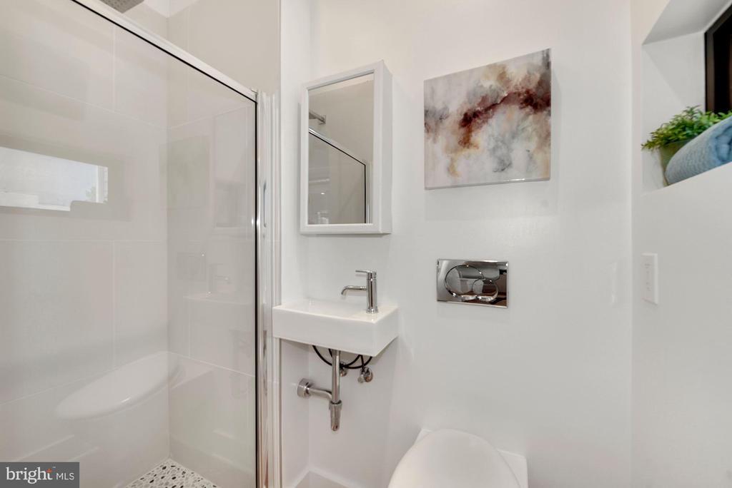Main Level Full Bathroom - 2419 1ST ST NW #2, WASHINGTON