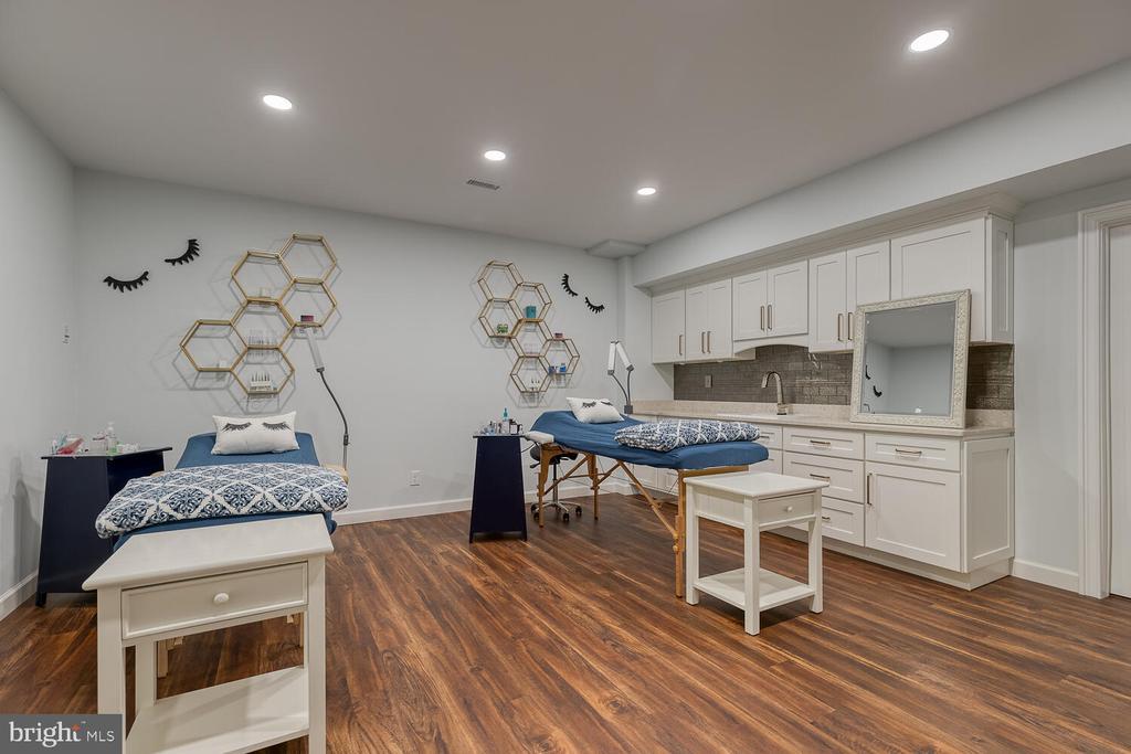 Salon/studio/home office with private entrance. - 42091 NOLEN CT, LEESBURG