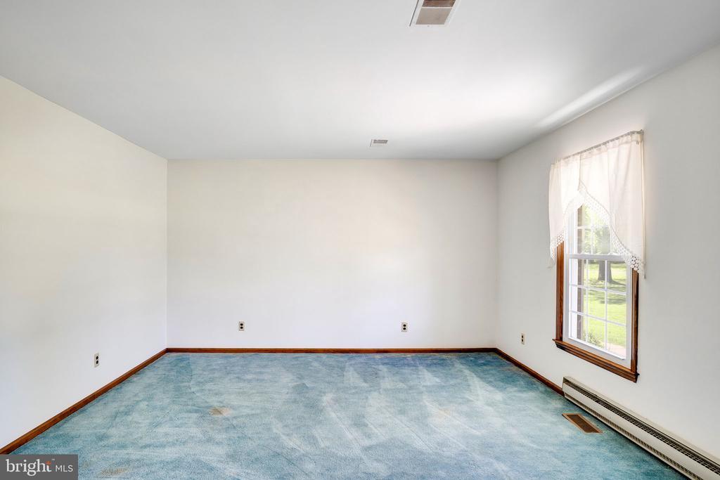 LIVING ROOM - 38152 NIXON RD, HILLSBORO