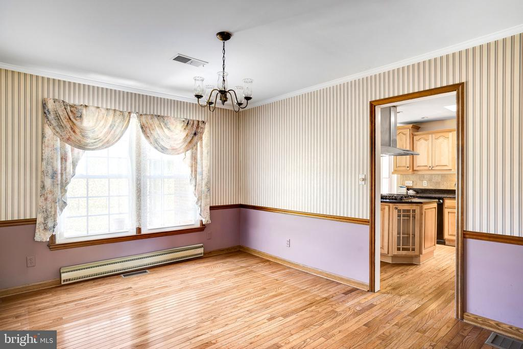 DINING ROOM LOOKING INTO KITCHEN - 38152 NIXON RD, HILLSBORO
