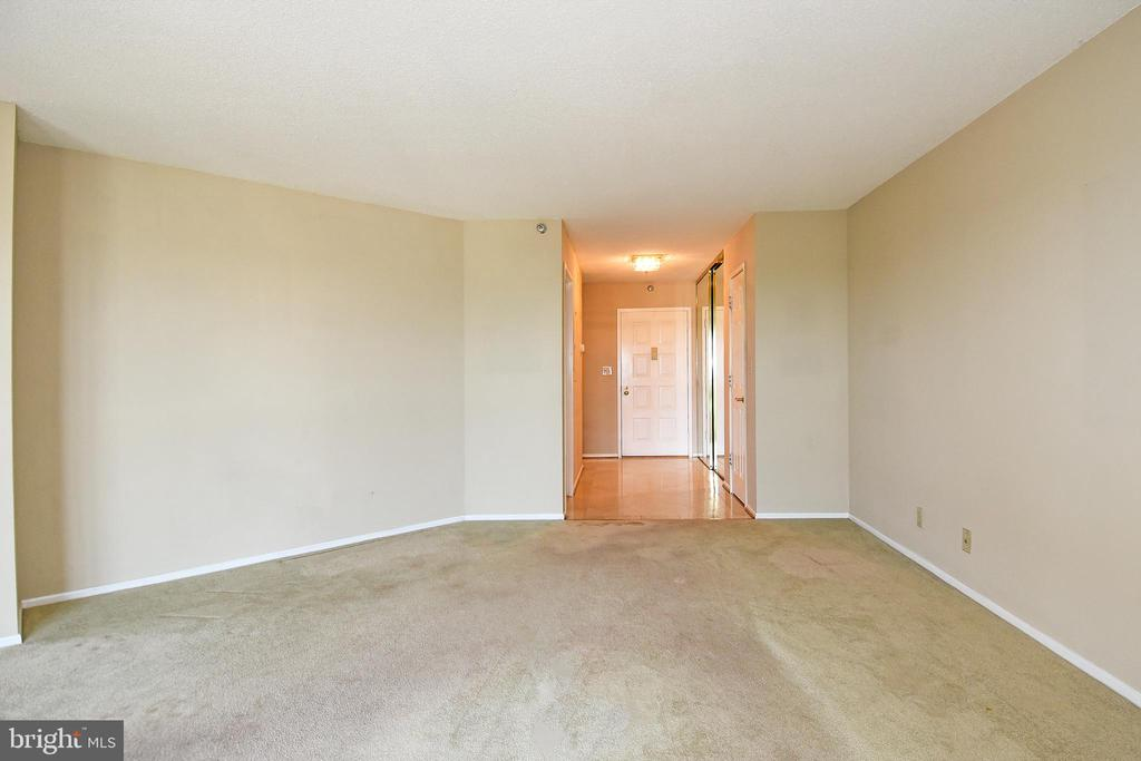 Looking back at the (I think Marble)  Entry - 900 N STAFFORD ST #2531, ARLINGTON