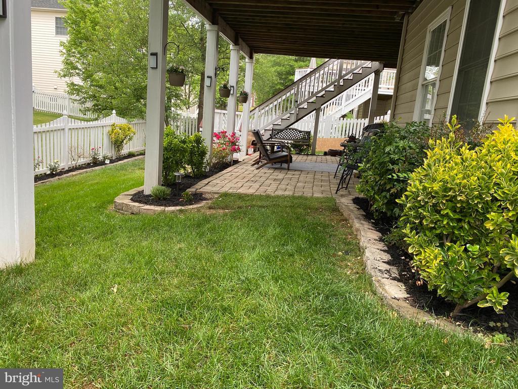 Fenced back yard to welcoming patio - 20343 FISHERS ISLAND CT, ASHBURN
