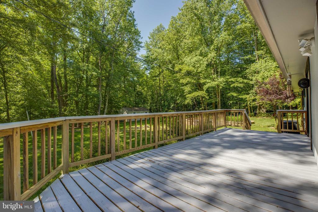 Wide spacious deck perfect for entertaining - 7287 TOKEN VALLEY RD, MANASSAS