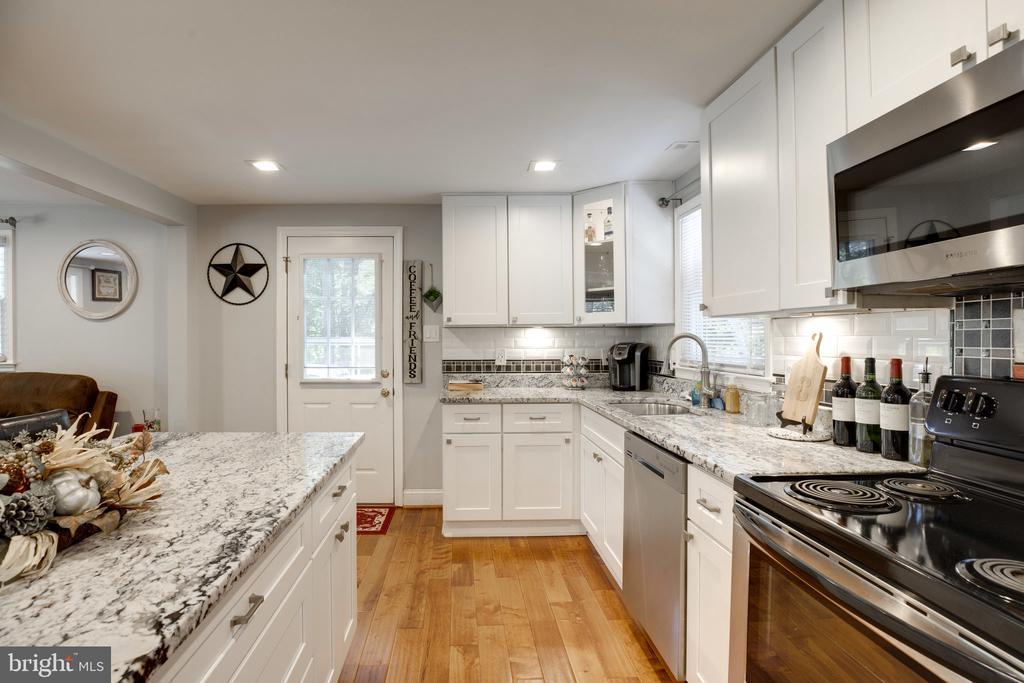 Modern kitchen updates - 7287 TOKEN VALLEY RD, MANASSAS