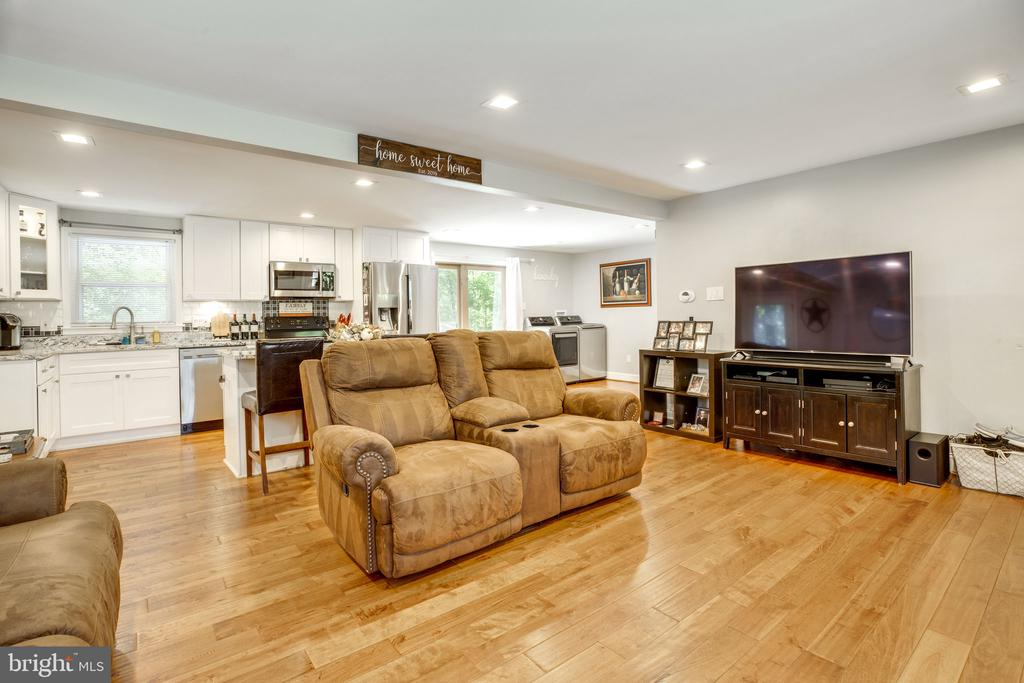 Open concept living / kitchen space - 7287 TOKEN VALLEY RD, MANASSAS