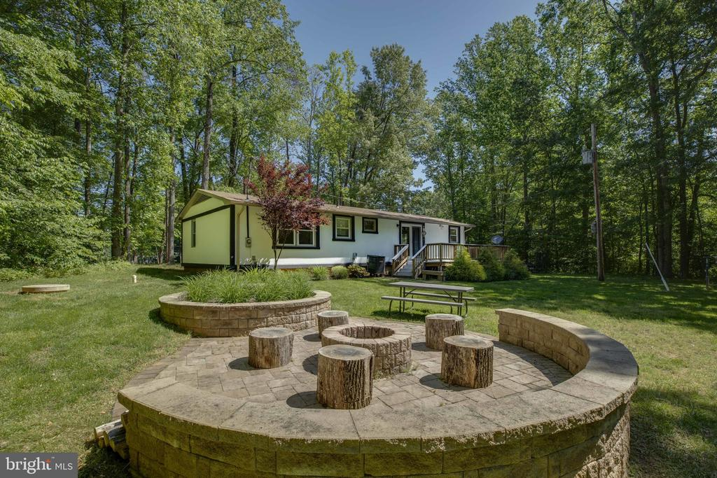 Built in hardscape patio and firepit - 7287 TOKEN VALLEY RD, MANASSAS