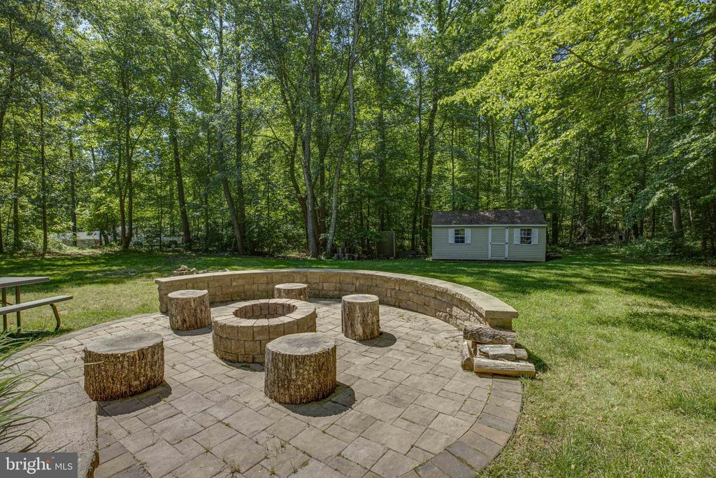 Bring your friends for a perfect outdoor space - 7287 TOKEN VALLEY RD, MANASSAS