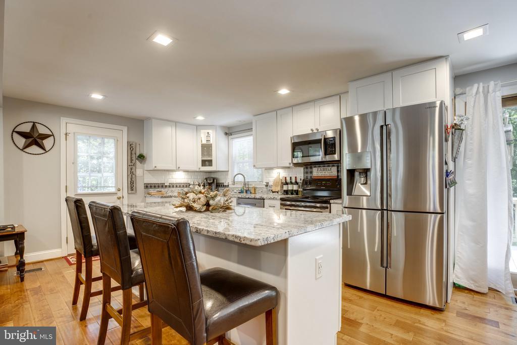Kitchen island for your entertaining - 7287 TOKEN VALLEY RD, MANASSAS