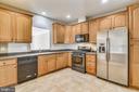Kitchen With 42 Inch Oak Cabinets - 44484 MALTESE FALCON SQ, ASHBURN