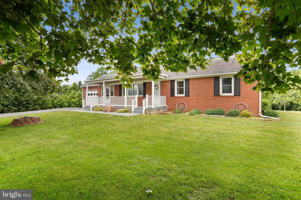 Nice front yard! - 13709 STRAFFORD DR, THURMONT