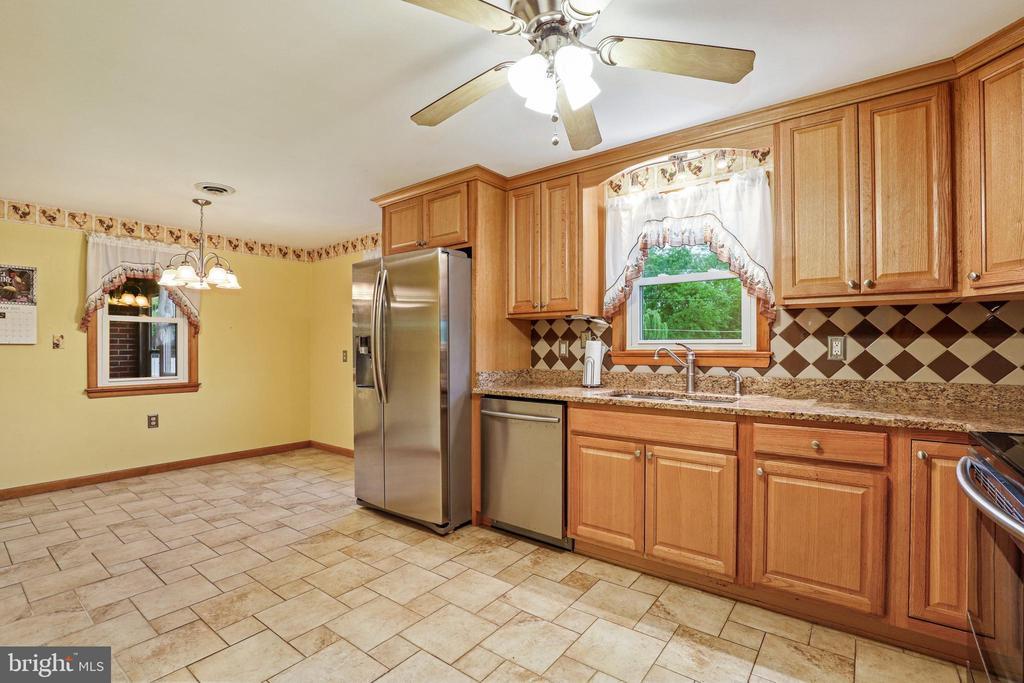 All SS appliances, granite, and tile floor - 13709 STRAFFORD DR, THURMONT