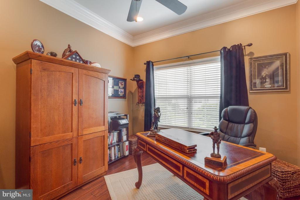 Home Office on the Main Level - 42063 MIDDLEHAM CT, ASHBURN