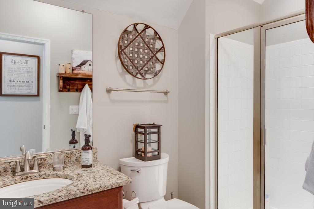 En Suite Full Bathroom in Bedroom 4 - 42063 MIDDLEHAM CT, ASHBURN