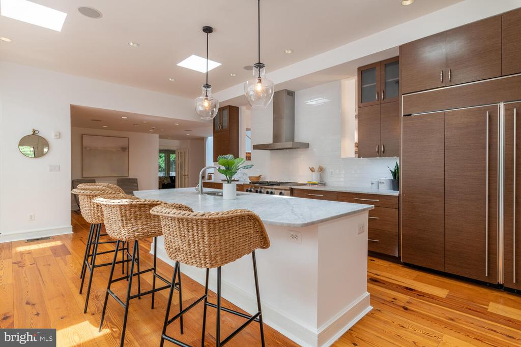 Chef's kitchen with tile backsplash - 5075 POLK AVE, ALEXANDRIA