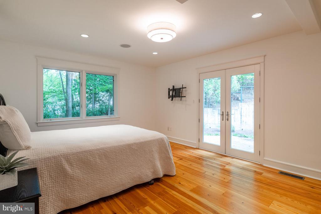 A main level bedroom with ensuite bath - 5075 POLK AVE, ALEXANDRIA