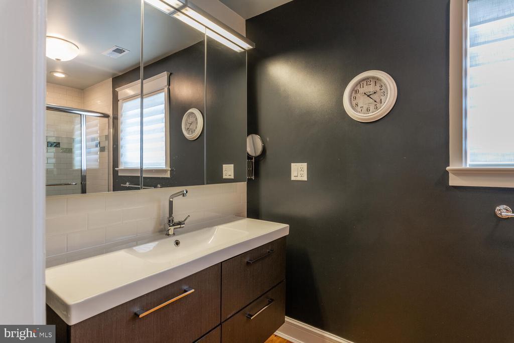 Full bath in Au pair suite - 5075 POLK AVE, ALEXANDRIA
