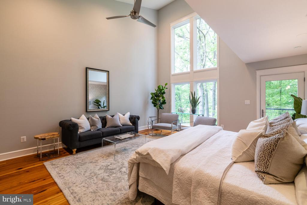 Primary bedroom with vaulted ceilings - 5075 POLK AVE, ALEXANDRIA