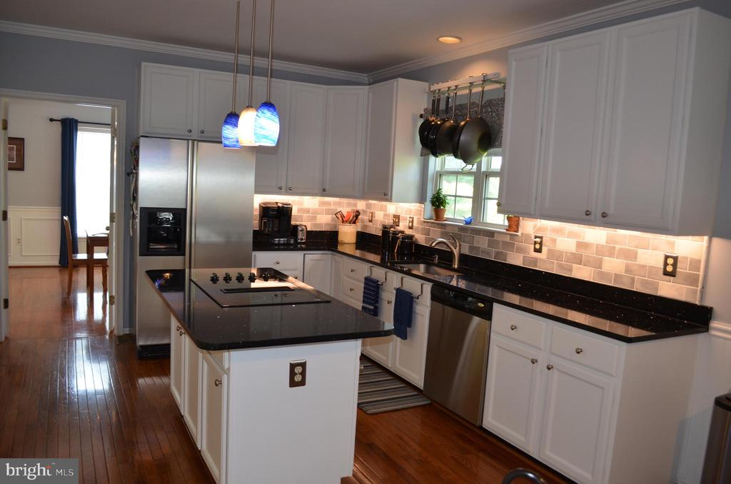 Gleaming cook-top with downdraft - 6304 SPRING FOREST RD, FREDERICK