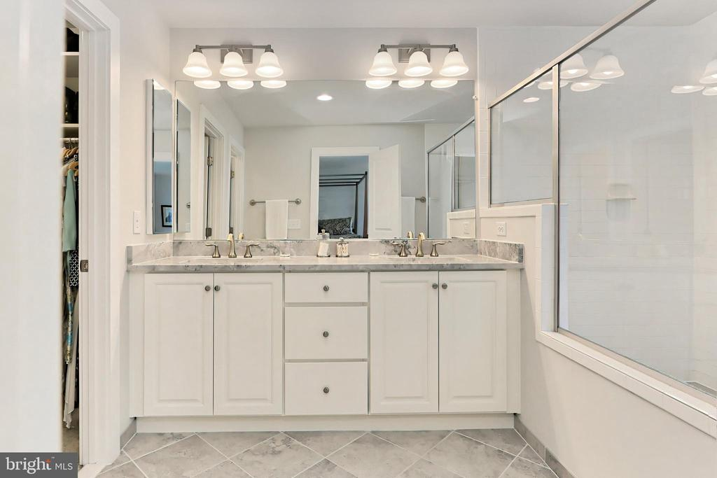 Lux BA w/ upgraded tile, cabinet & Quartzite - 9552 KATELYN ZINN PL, BURKE