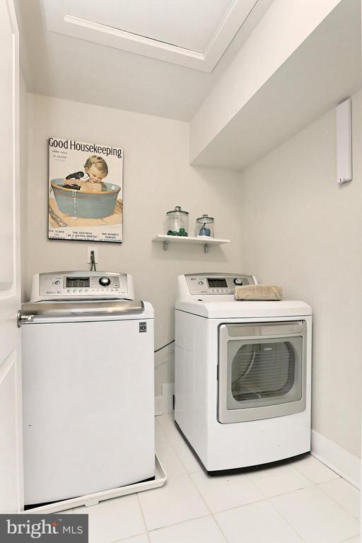 Separate laundry room on bedroom lvl w / gas dryer - 9552 KATELYN ZINN PL, BURKE