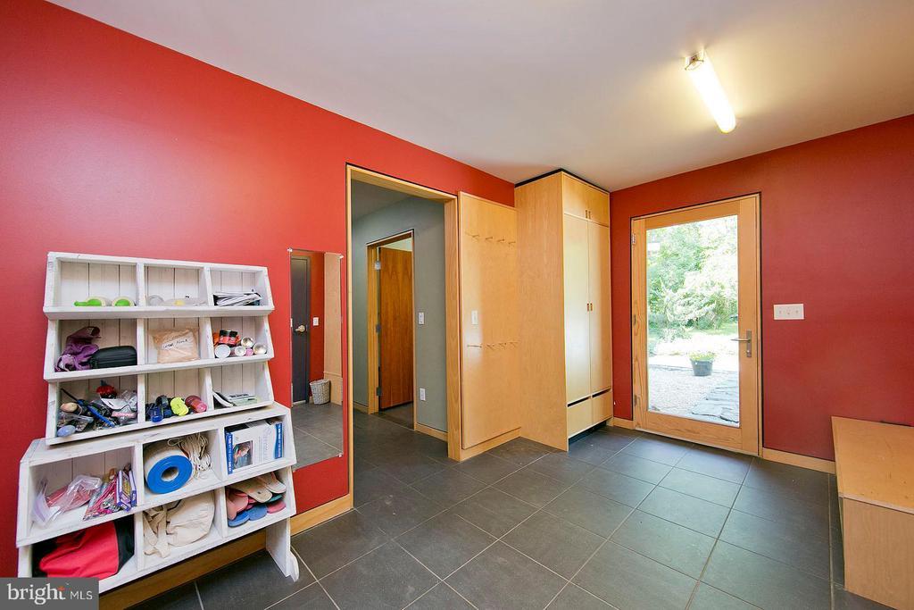 Mud Room - 246 SONGBIRD LN, WINCHESTER