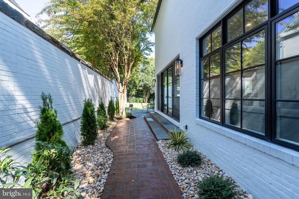 Side walkway to patio - 3015 WHITEHAVEN ST NW, WASHINGTON