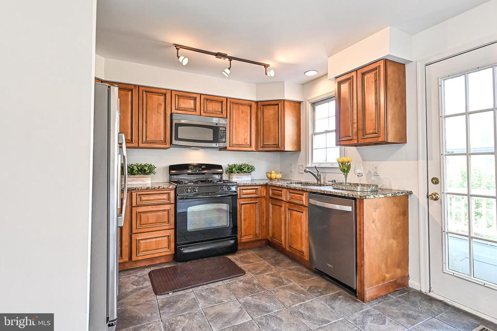 Kitchen with walk-out to deck - 3020 KINGS VILLAGE RD, ALEXANDRIA