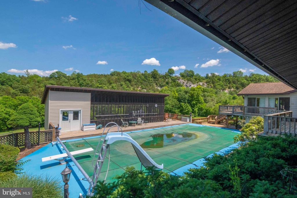 Pool area & Screened in Porch Room - 721 BATTLEFIELD BLUFF DR, NEW MARKET