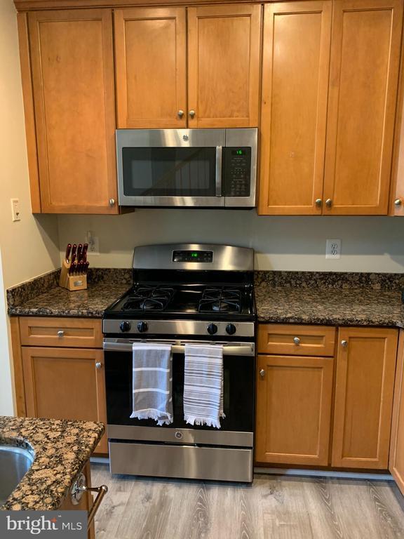 Kitchen- gas stove cooking - 9020 LORTON STATION BLVD #1-114, LORTON
