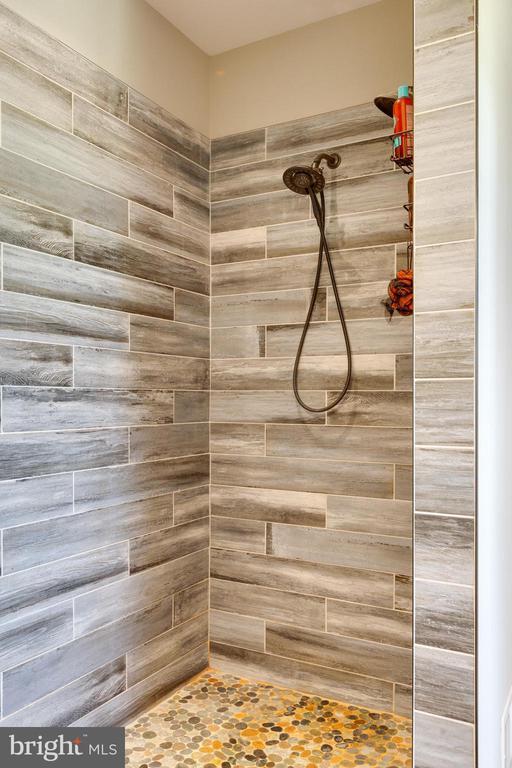 Shower - 3341 KAETZEL RD, ROHRERSVILLE