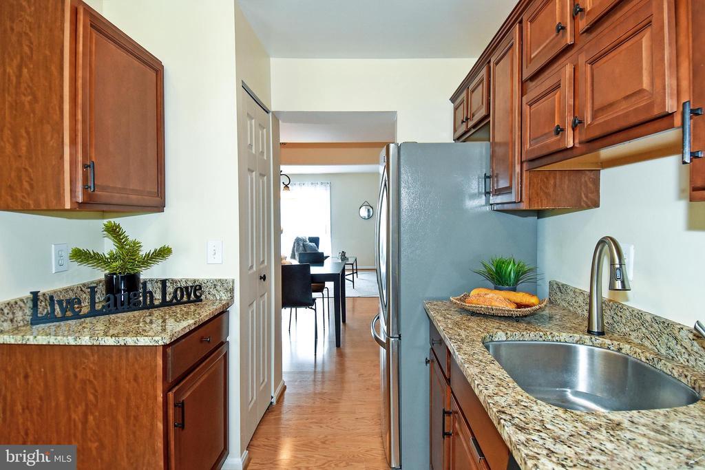 Cozy kitchen with upgraded granite countertops! - 6463 FENESTRA CT #50C, BURKE