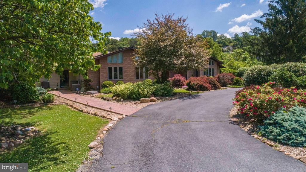 Landscaping & Circular Driveway at Front - 721 BATTLEFIELD BLUFF DR, NEW MARKET