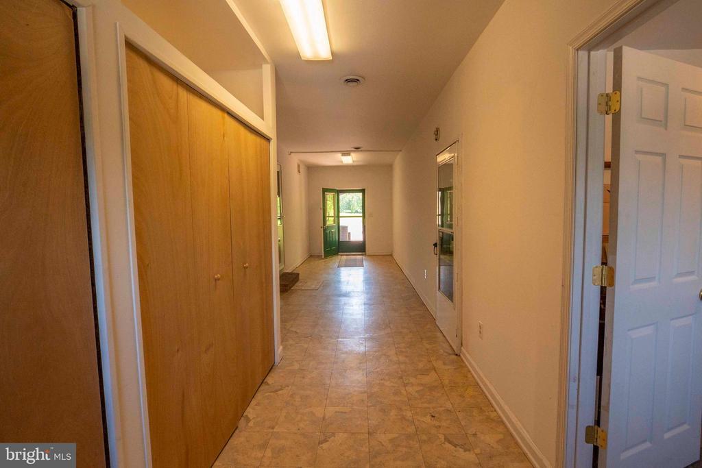 Breezeway Hallway between Kitchen & Garage area - 721 BATTLEFIELD BLUFF DR, NEW MARKET