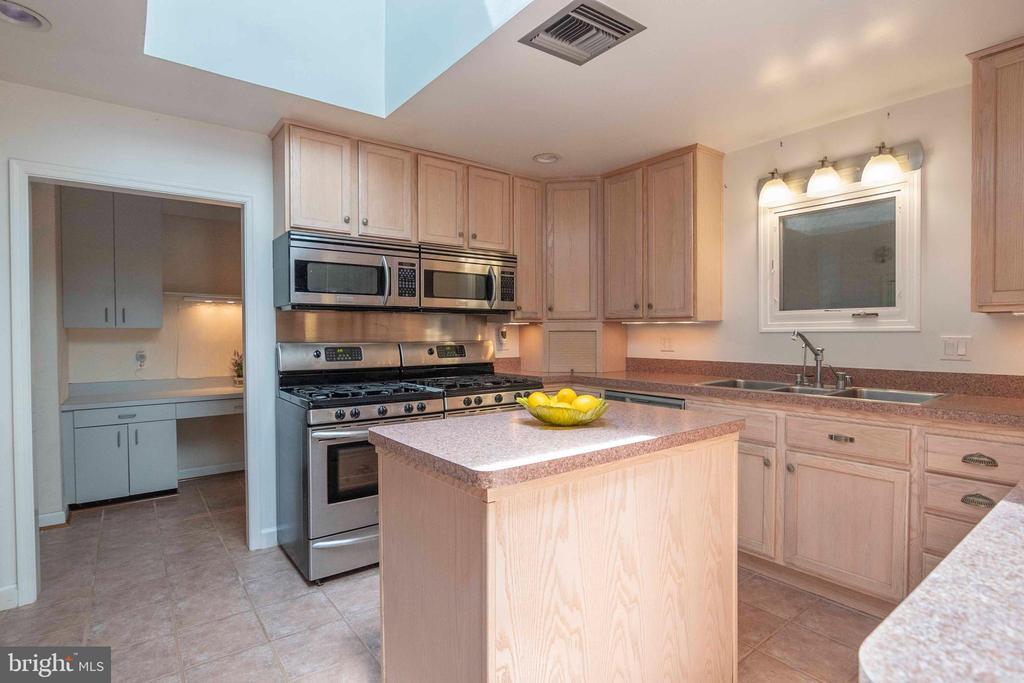 Kitchen area - 721 BATTLEFIELD BLUFF DR, NEW MARKET