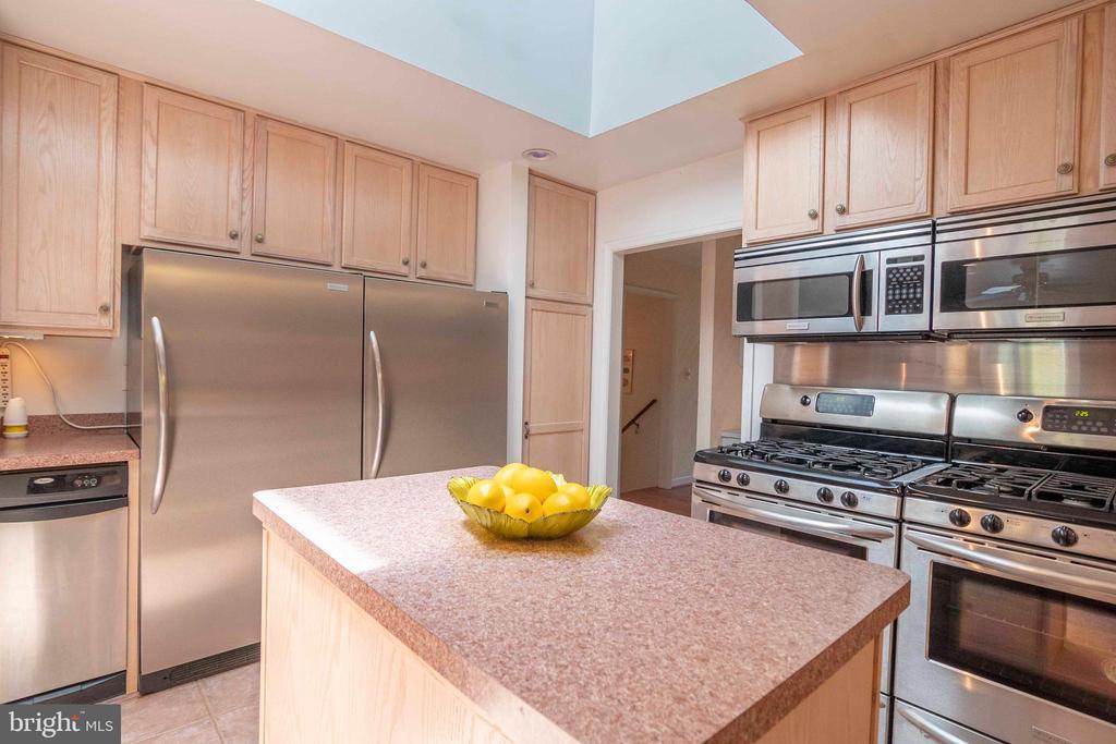 Cooking area of Kitchen - 721 BATTLEFIELD BLUFF DR, NEW MARKET