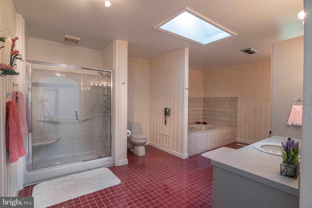 Owners Full Bathroom - 721 BATTLEFIELD BLUFF DR, NEW MARKET