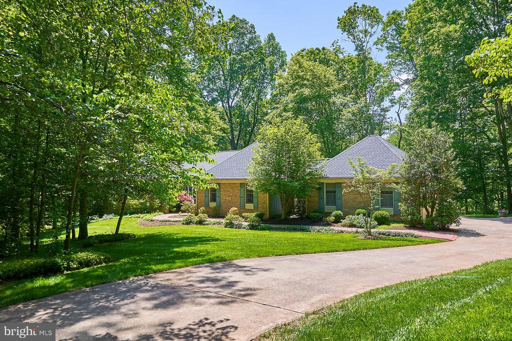 Private location on lovely lot - 10824 HENDERSON RD, FAIRFAX STATION