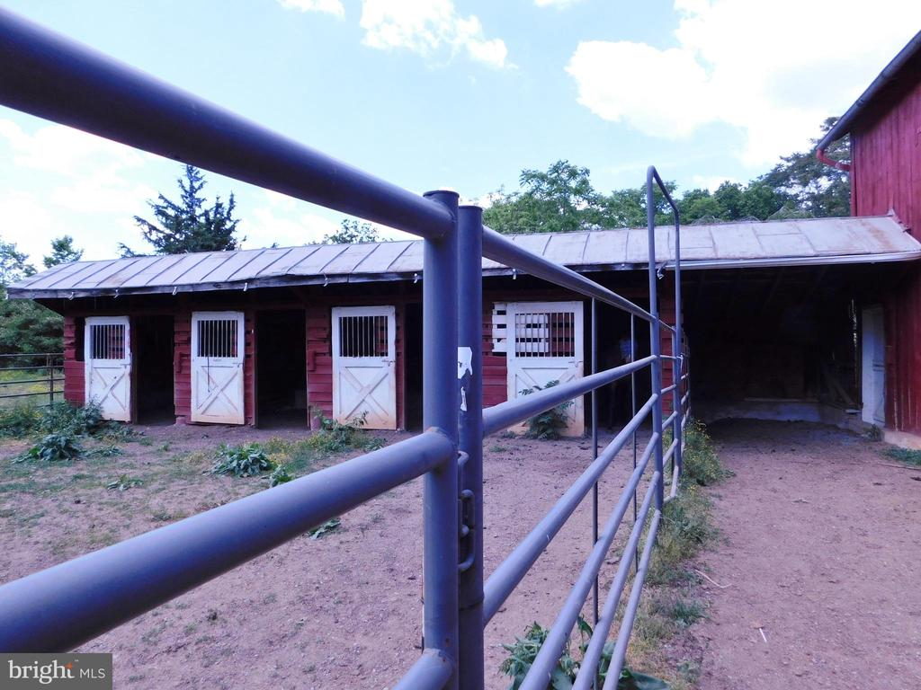 5 Outside Entry Stalls - 420 RUSSELL RD, BERRYVILLE