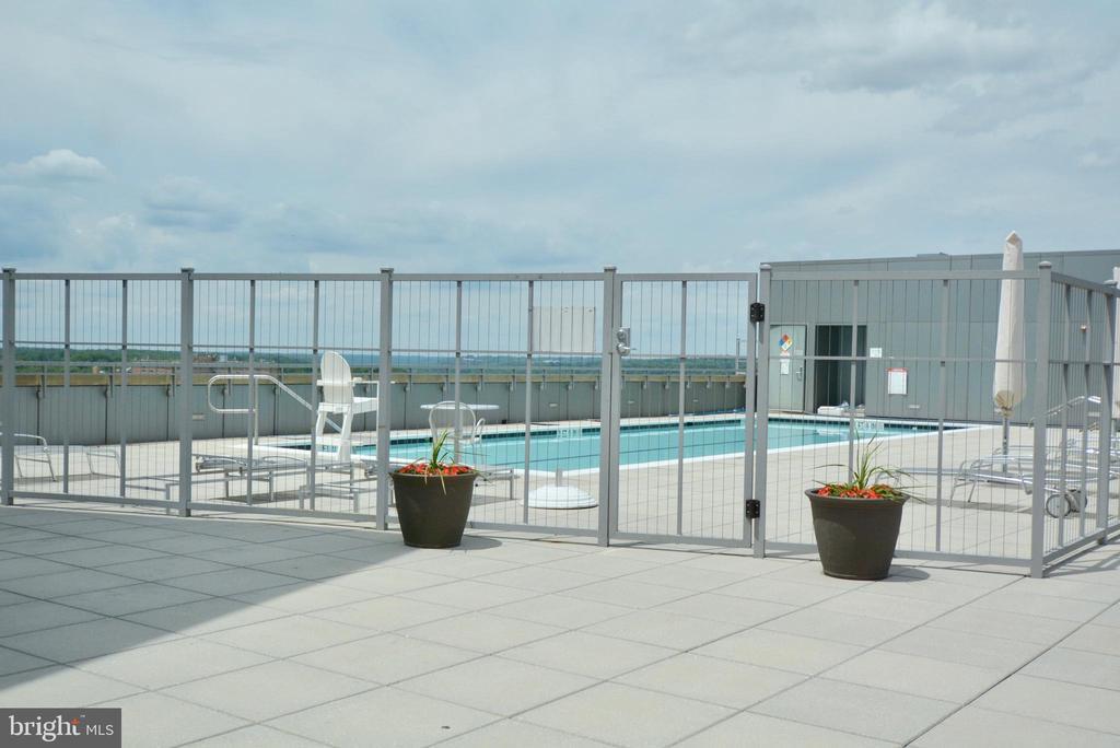 Roof Top Pool - 2001 15TH ST N #1203, ARLINGTON
