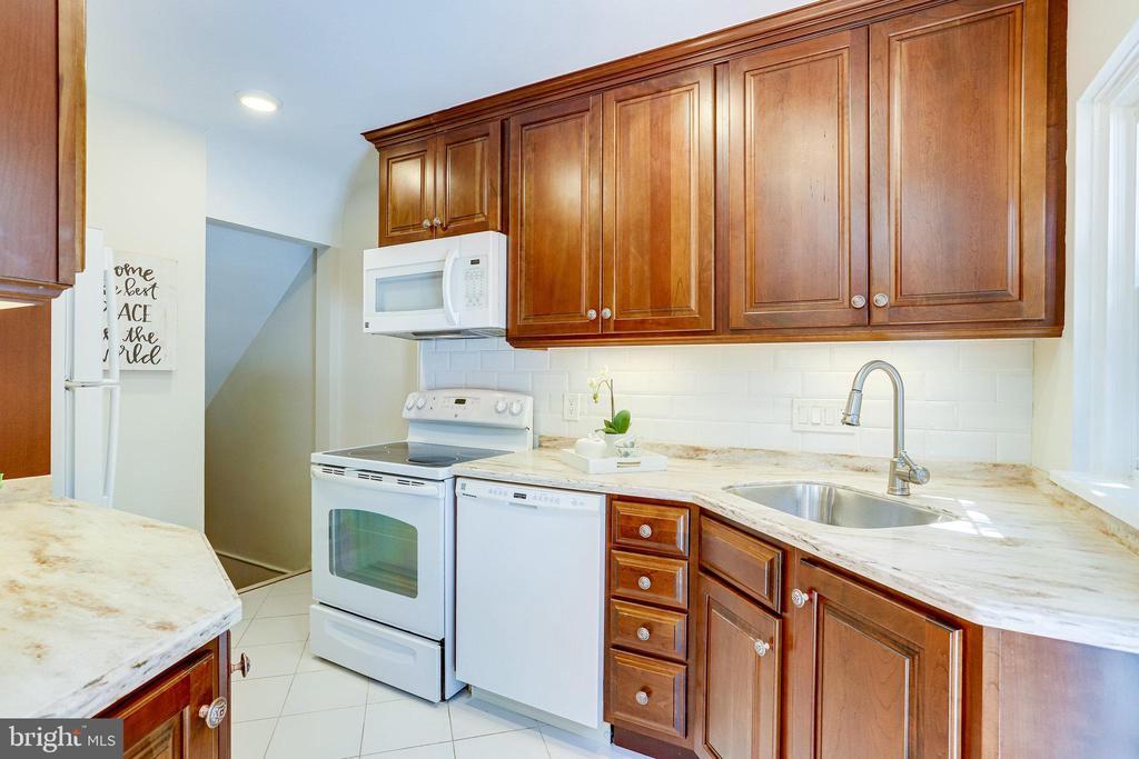 Updated Kitchen - 3469 S STAFFORD ST #B, ARLINGTON