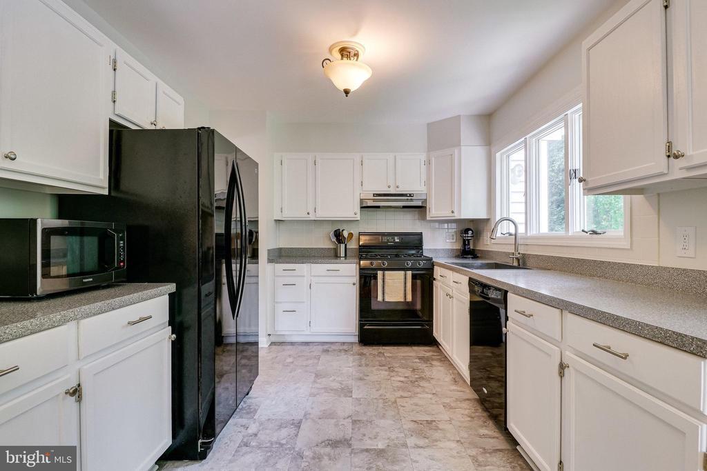Beautiful white kitchen - 9312 WINBOURNE RD, BURKE