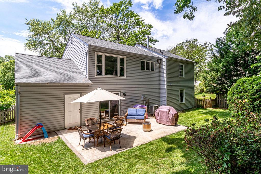 Lots of play and hang out space in the back - 9312 WINBOURNE RD, BURKE