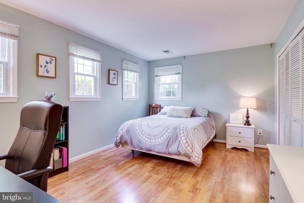 Large bedroom 3 - 9312 WINBOURNE RD, BURKE