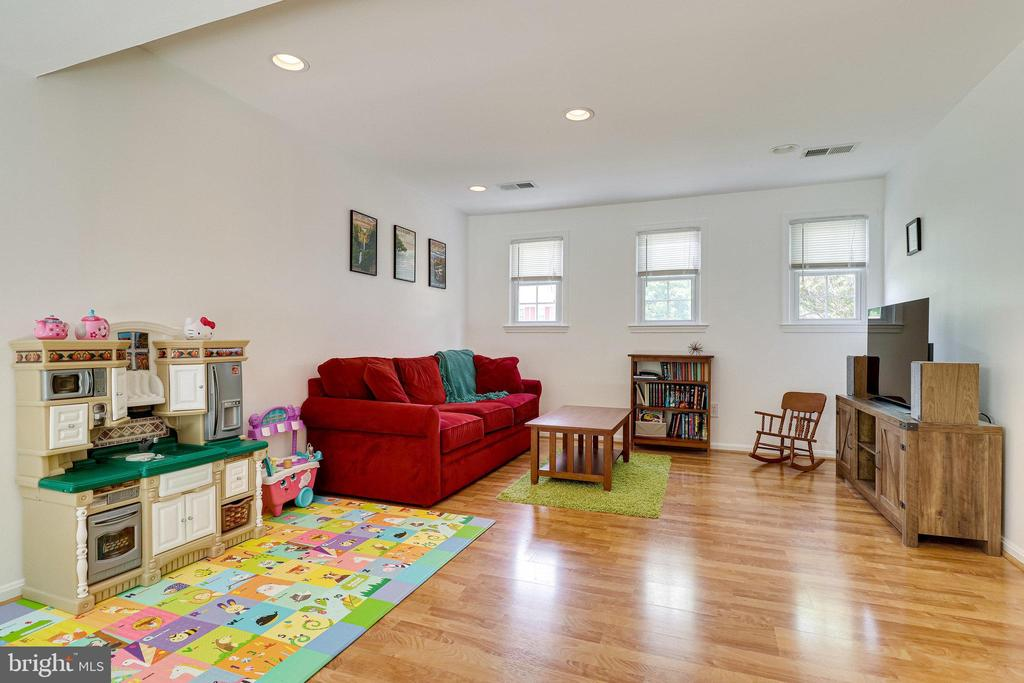 Tons of light coming in - 9312 WINBOURNE RD, BURKE
